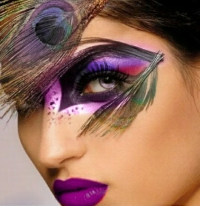 idée-original-maquillage-dHalloween-plume-paon-rouge-a-levres-violettes