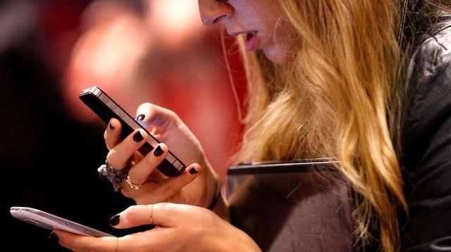 une-femme-utilise-son-telephone_5177329